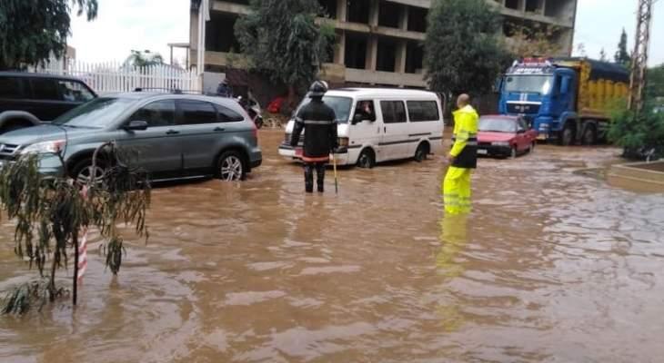الدفاع المدني: سحب عدد من السيارات العالقة على طريق عام خلدة- الناعمة- الشويفات