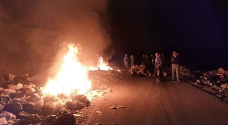 مجهولون رموا نفايات على طريق إيزال كفرحبو في الضنية