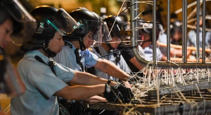شرطة هونغ كونغ: مشاغبون يشعلون النار في أحد سكان منطقة ما أون شان