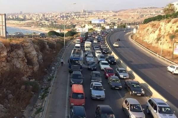 إزدحام مروري على اوتوستراد الدامور نحو بيروت بسبب التوافد لمحطات المحروقات