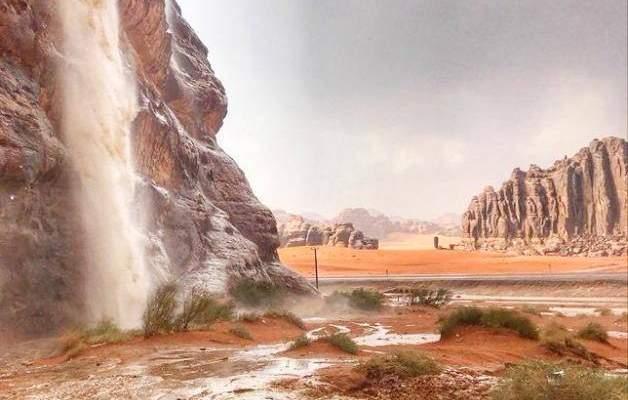 شلالات وبحيرات في وسط صحراء السعودية