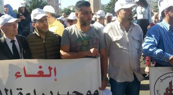المتظاهرون برياض الصلح يطالبون بمقابلة كنعان وقوى الامن تمنعهم