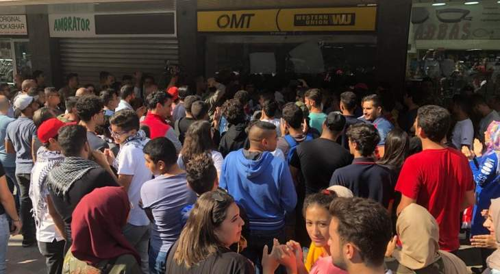 النشرة: المحتجون في صيدا اقفلوا محال الصيرفة في السوق التجاري