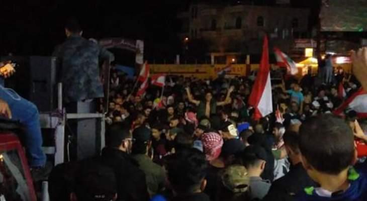 النشرة: أهالي بعلبك تجمعوا على مثلث دورس بعلبك رفضاً لاجراءات الحكومة
