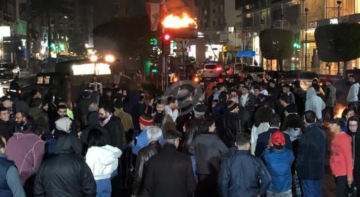 """النشرة: إضاءة """"شعلة الثورة"""" عند تقاطع إيليا في صيدا وسط إجراءات أمنية"""