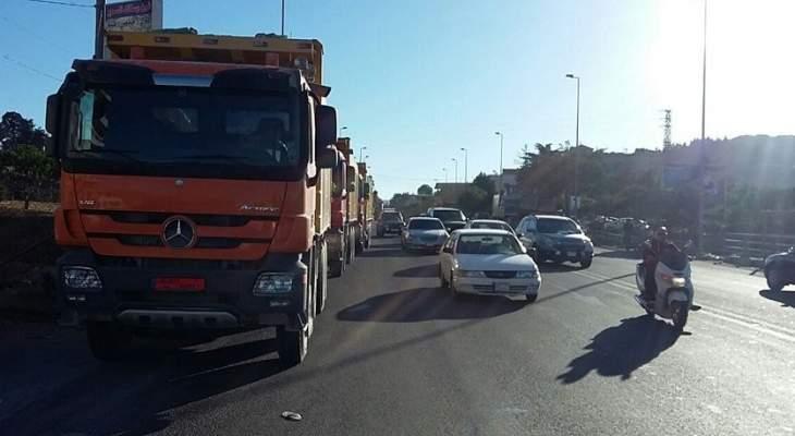 تجمع عدد من الشاحنات على طريق عام صوفر المديرج