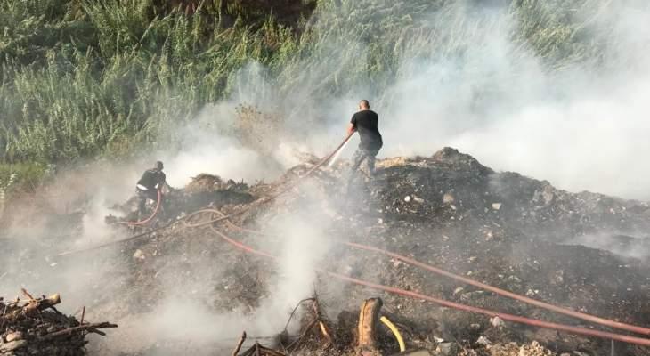 عناصر سرية إطفاء صيدا يخمدون حريق قصب في حارة صيدا