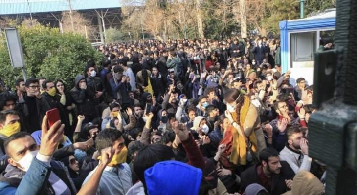 المتظاهرون في طهران يغلقون شوارع رئيسية بسياراتهم احتجاجا على رفع أسعار الوقود