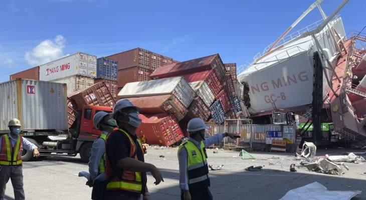 سفينة شحن تايوانية اصطدمت برافعة علوية طويلة في ميناء محلي جنوب البلاد