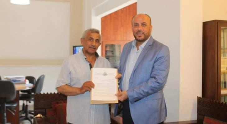 وفد من حركة حماس يسلم أسامة سعد رسالة من اسماعيل هنية