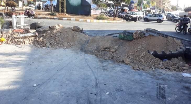 النشرة: متظاهرون قطعوا دوار كفررمان بالسواتر الترابية