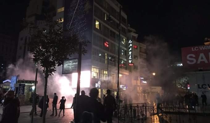القوى الامنية تلقي المزيد من القنابل المسيلة للدموع باتجاه المتظاهرين في شارع الحمرا
