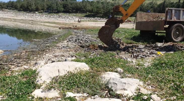 النشرة: وحدات من الجيش بدأت عمليات رفع الأسماك النافقة ببحيرة القرعون