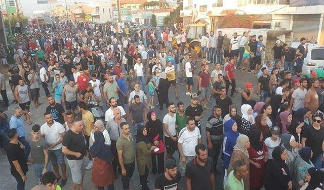 محتجون تظاهروا امام قائمقامية قضاء المنية - الضنية