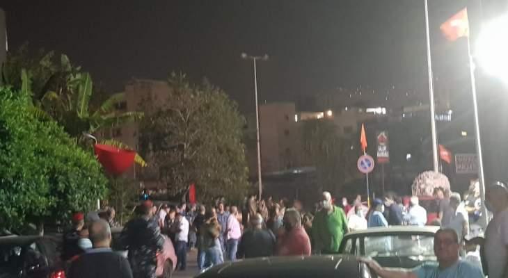 مناصرو التيار الوطني الحر يتجمعون بأعداد كبيرة أمام مركز ميرنا الشالوحي بعد التهجم على منصور فاضل
