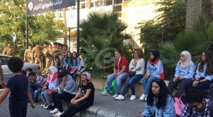 النشرة: طلاب المدارس الرسمية في صيدا افترشوا الطريق امام شركة كهرباء لبنان الجنوبي