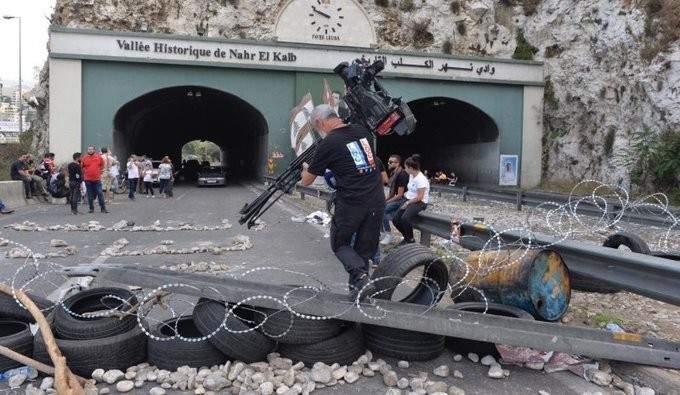 المتظاهرون يعملون على فتح طرقات دوار الميناء بطرابلس ونهر الكلب وجبيل