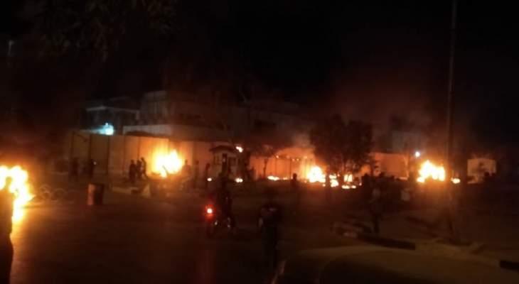 محتجون يحرقون الإطارات أمام القنصلية الإيرانية في كربلاء عقب اغتيال ناشط