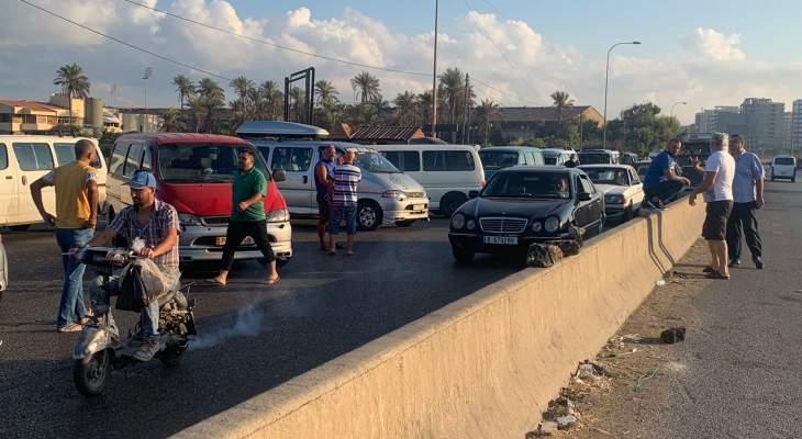 اعتصام لأصحاب الباصات والفانات عند جسر البالما بطرابلس احتجاجا على عدم توفر الوقود لآلياتهم