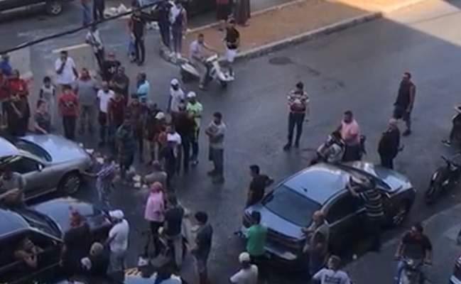 قطع الاوتوستراد الرئيسي بالاتجاهين قرب سرايا طرابلس احتجاجا على اقفال محطة وقود