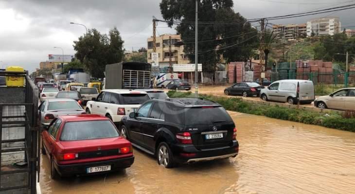 النشرة: تجمع للمياه على اوتوستراد الناعمة والسير شبه متوقف في المكان