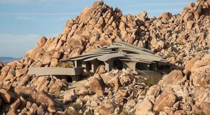 تصميم غريب لمنزل شيّد من الصخور في صحراء كاليفورنيا