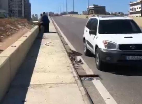 توقيف شخص كان يحاول سرقة أجزاء من قضبان سور جسر الميناء بطرابلس