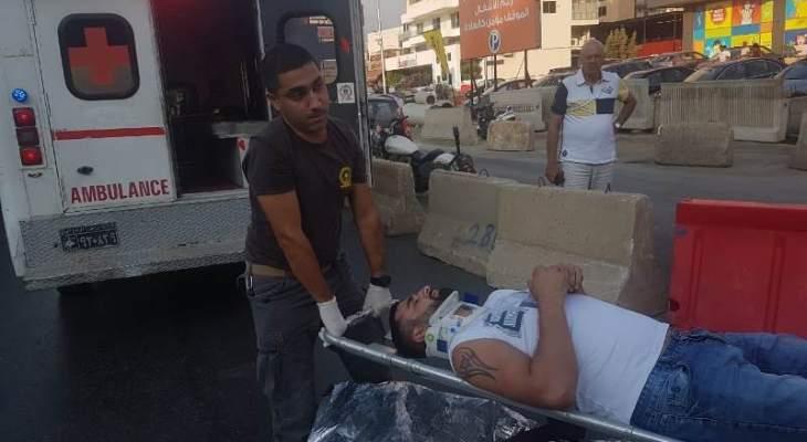 جريح نتيجة تصادم بين سيارة ودراجة نارية عند مستديرة المدورة الاوزاعي