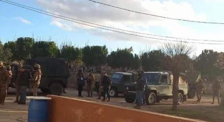 النشرة: الجيش داهم ببلدة مقنة ببعلبك بحثا عن مطلوبين بتهمة إطلاق نار