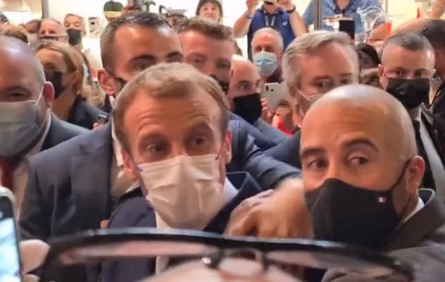 """استهداف الرئيس الفرنسي بـ""""بيضة"""" خلال زيارة له في مدينة ليون"""
