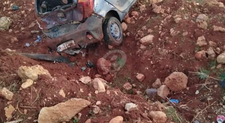 النشرة: جريح نتيجة انقلاب سيارة باحد الاراضي الزراعية على طريق دير الاحمر