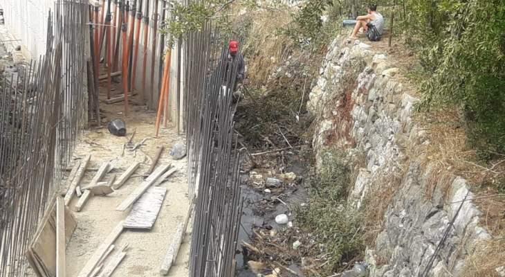 بلدية حاصبيا تواصل عملها بتنظيف مجاري المياه