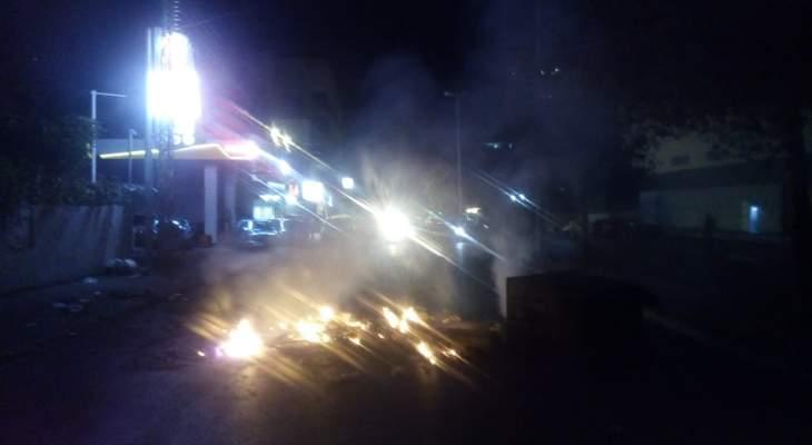 النشرة: قطع الطريق بشارع حسام الحريري بصيدا بحاويات النفايات المشتعلة