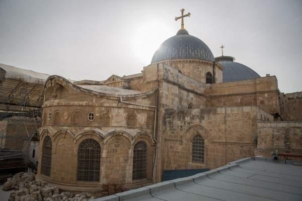 المطران بيتسابالا احتفل بخميس الأسرار في كنيسة القيامة بالقدس