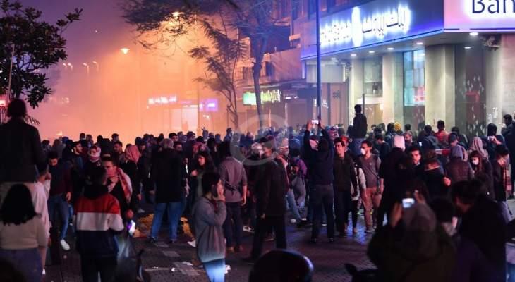 معتصمون رموا قنبلة مولوتوف بإتجاه الحائط الفاصل مقابل مصرف لبنان