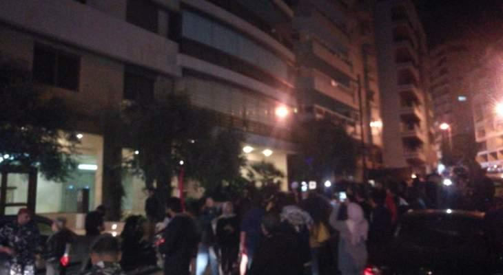 محتجون يعتصمون أمام منزل سمير الخطيب رفضا لترؤسه الحكومة المقبلة