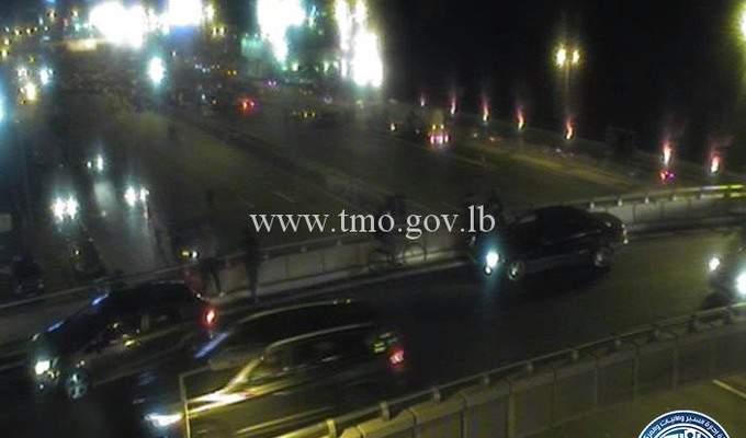 المتظاهرون في جل الديب يفتحون مسربًا للسيارات الآتية من بيروت لمدة ساعة واحدة