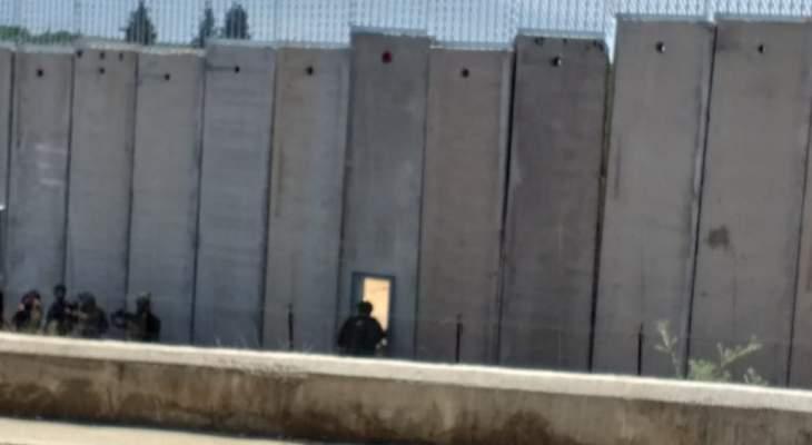 النشرة: قوة إسرائيلية اجتازت الجدار العازل ما بين تلال العديسة وبوابة فاطمة من إحدى بواباته الحديدية
