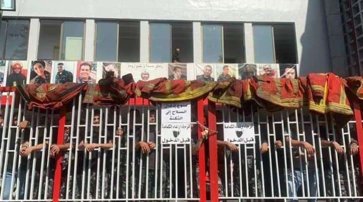 عناصر من فوج إطفاء بيروت اعتصموا إعتراضا على معاناتهم في موضوع الاستشفاء