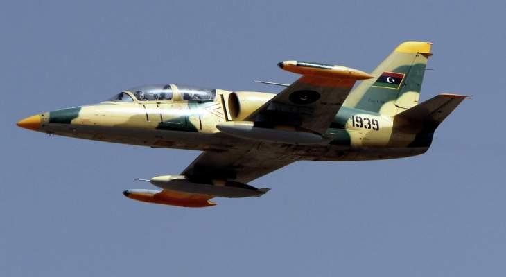 قتيل و9 جرحى مدنيين بضربة جوية استهدفت معسكرا في العاصمة الليبية طرابلس