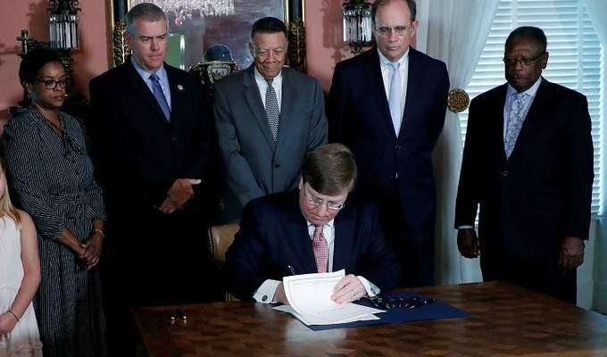حاكم مسيسبي وقع مشروع قانون لتغيير علم الولاية لتضمنه شعار الكونفدرالية