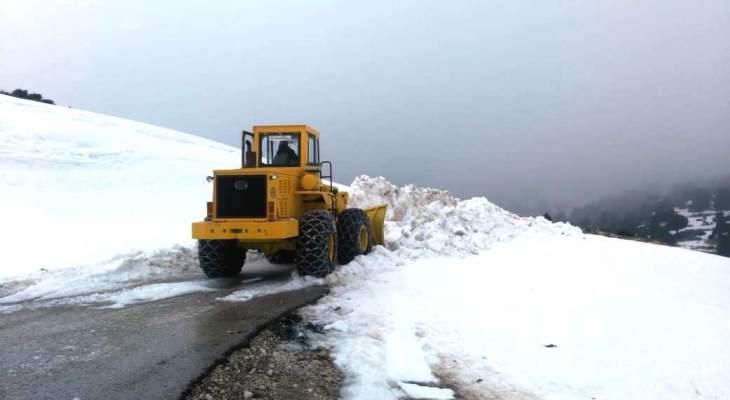 جرافات الأشغال باشرت فتح طريق القموعة- الشنبوق- القبيات التي قطعتها الثلوج