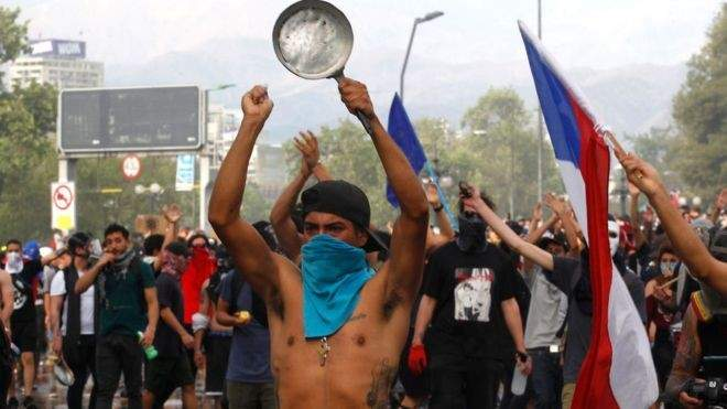 اشتباكات بين الشرطة ومتظاهرين يطالبون باستقالة الرئيس بينيرا في تشيلي