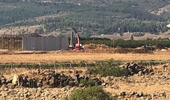 النشرة: الجيش الإسرائيلي استأنف تركيب مكعبات إسمنتية بمحيط تلة الحماري