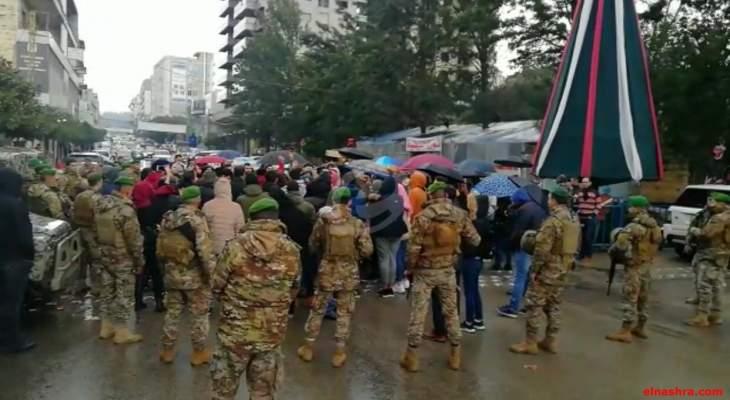"""حراك النبطية يرفع قبضة """"الثورة"""" في الساحة وسط احتجاج عدد من الاهالي"""
