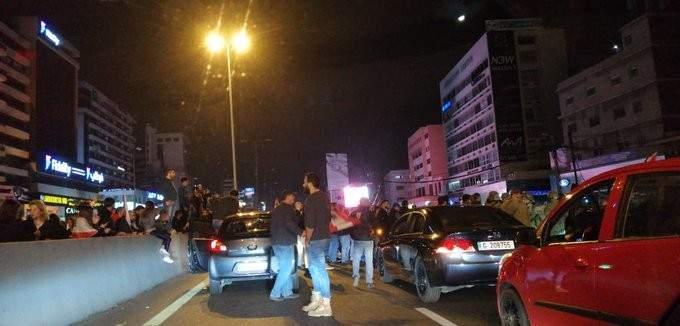 مسيرة انطلياس تصل إلى جل الديب والمتظاهرون يفترشون الاوتوستراد