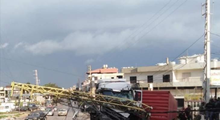 سقوط عمود كهرباء يقطع طريق الضنية ـ طرابلس