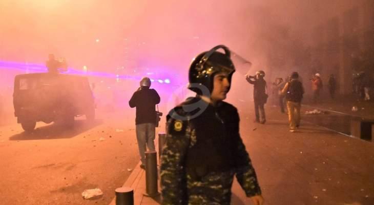 اصابات بين المتظاهرين بسبب الحجارة التي تُرمى على القوى الأمنية