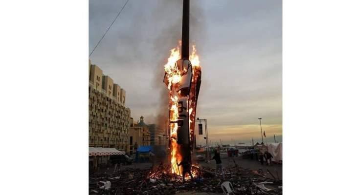 """اشتعال النيران بـ""""مجسّم الثورة"""" المرفوع في ساحة رياض الصلح"""