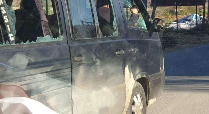 """النشرة: محتجون حطموا زجاج """"فان"""" لنقل الركاب في سعدنايل"""